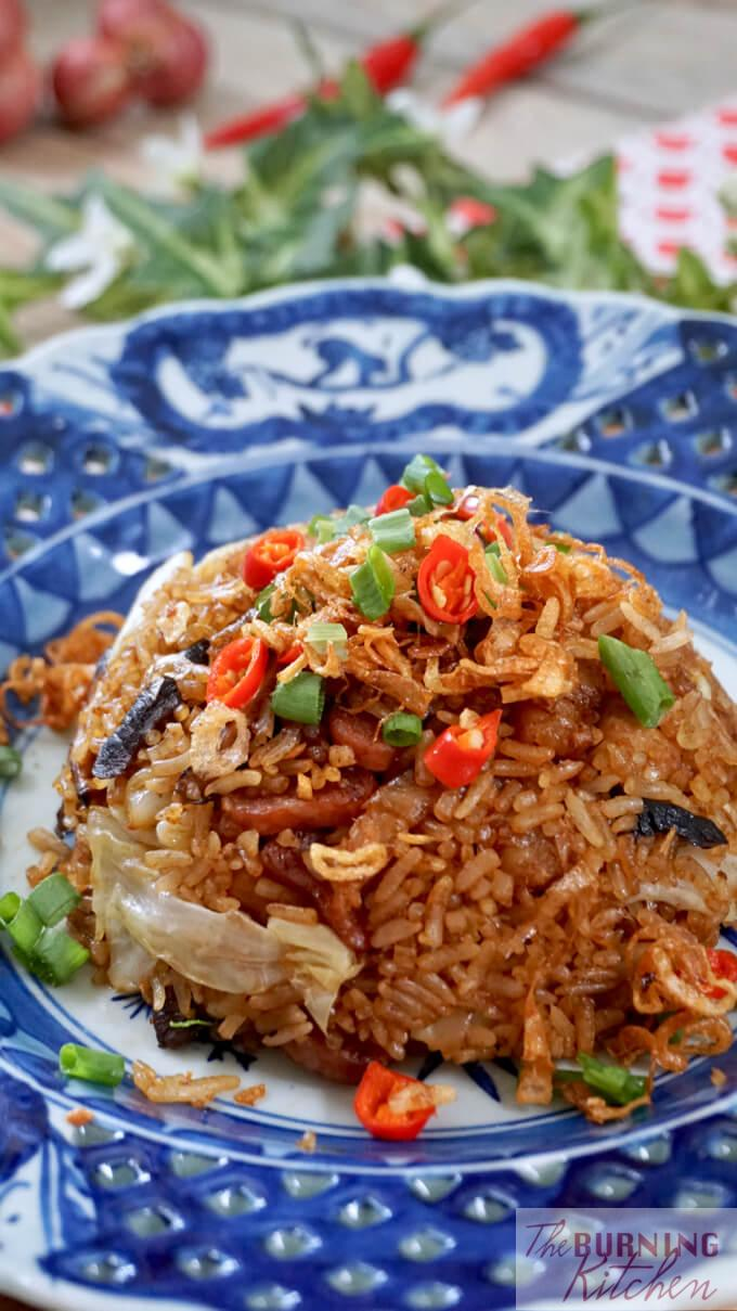 Cantonese Cabbage and Mushroom Rice: This Cantonese favourite is a delicious and easy one-pot dish that can be cooked using your rice cooker, leaving minimal mess in your kitchen! #cabbagerice #ricecookerrecipe #Chineserecipe #cabbage