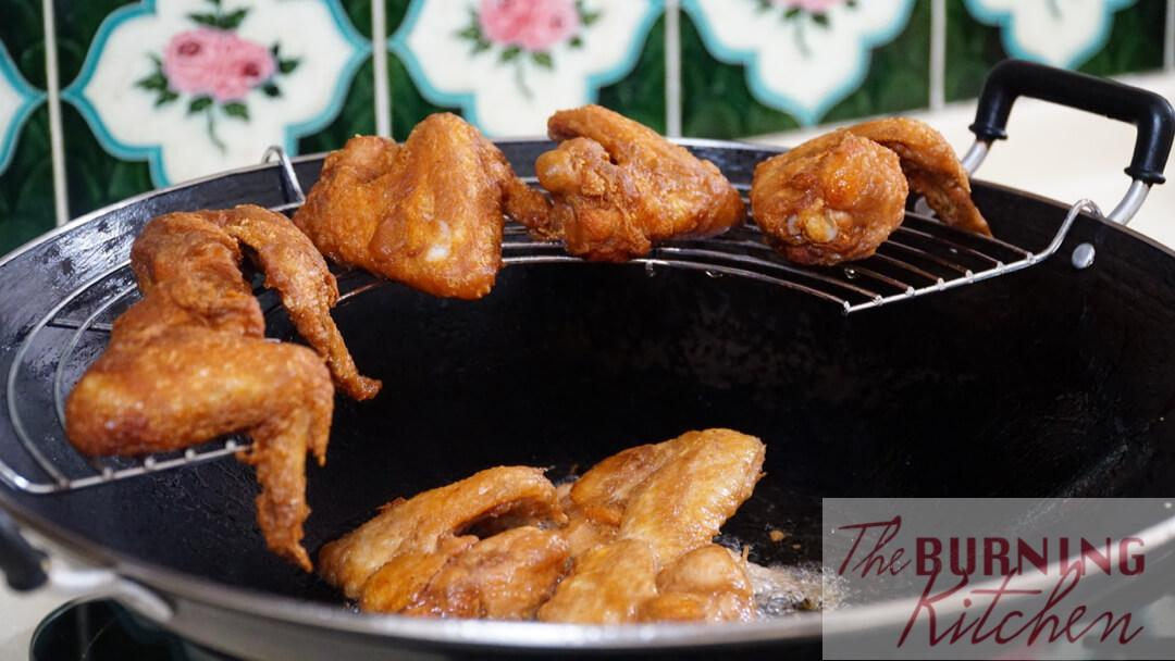 Frying the shrimp paste chicken