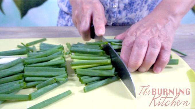 Cutting Spring Onion into chunks