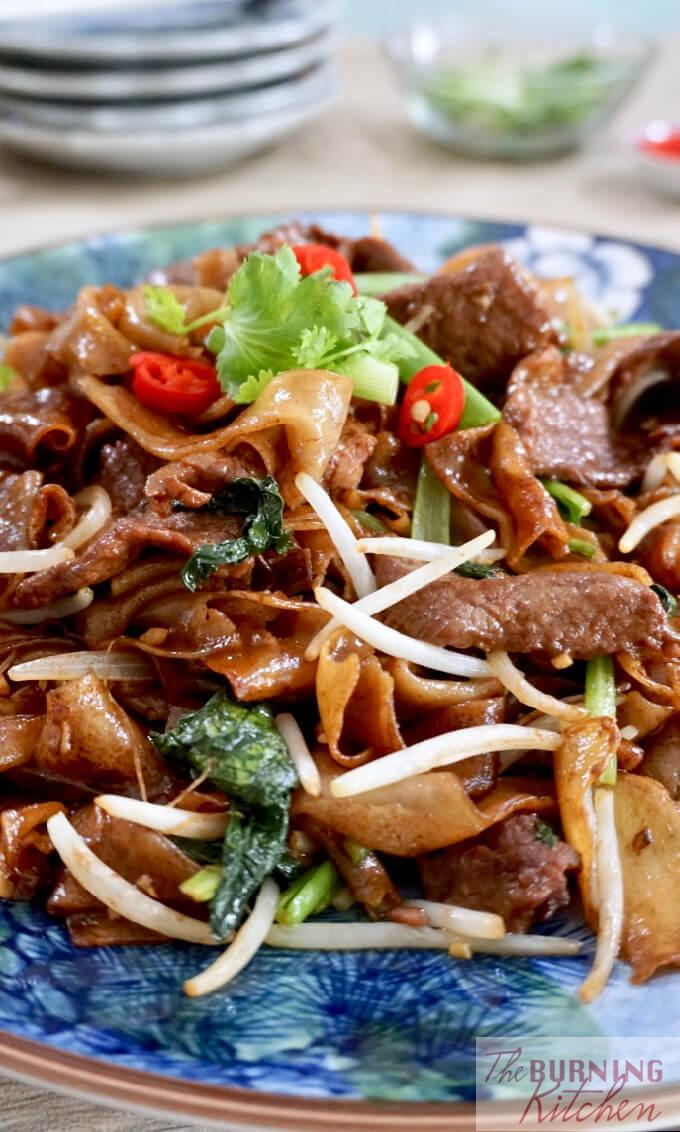 Smoky, slightly charred, 'wok hei' flavoured Dry-Fried Beef Hor Fun that is not done over a barbeque but in a wok over a very hot stove! Want to know the secrets on making this dish at home? Find out with this recipe! #dryfriedbeefhorfun #beefhorfun #wokhei